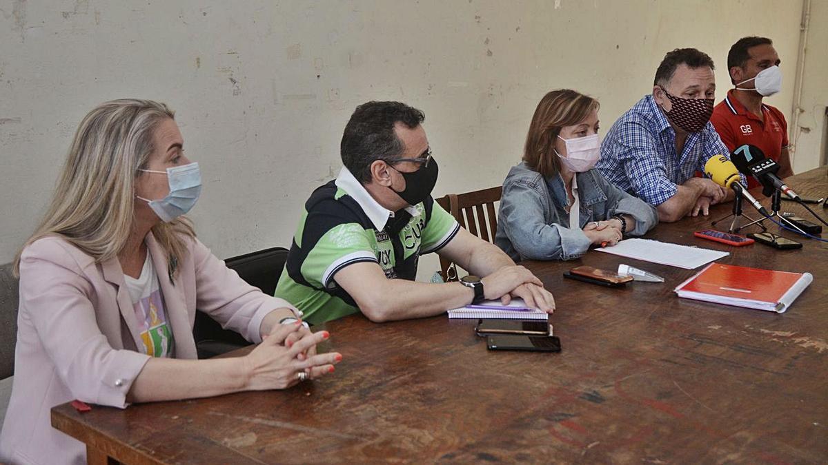 Representantes del comité de empresa de las oficinas de la fábrica, ayer, en rueda de prensa.     // R. VÁZQUEZ