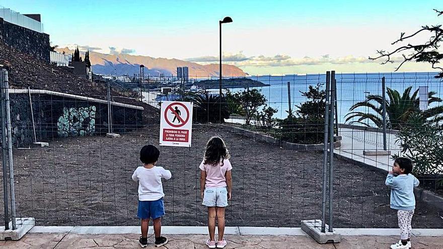 Servicios Públicos instala en la urbanización Los Moriscos el primer parque infantil