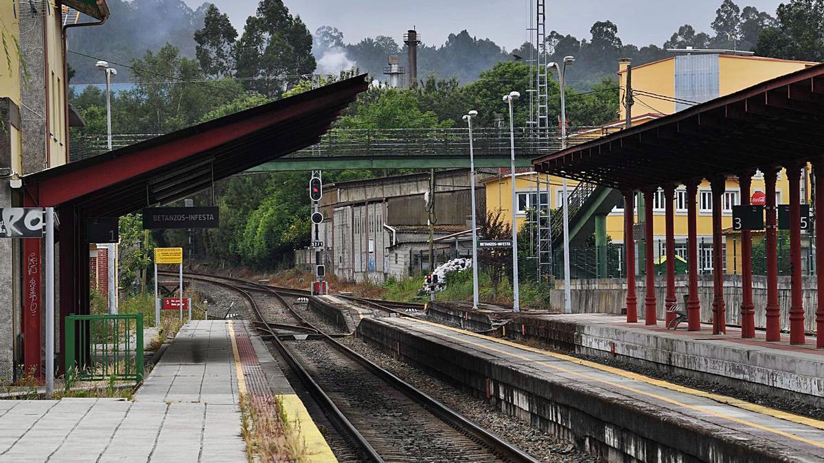Estación de tren de Infesta, en Betanzos, donde los trenes tienen que dar marcha atrás.     // VÍCTOR ECHAVE