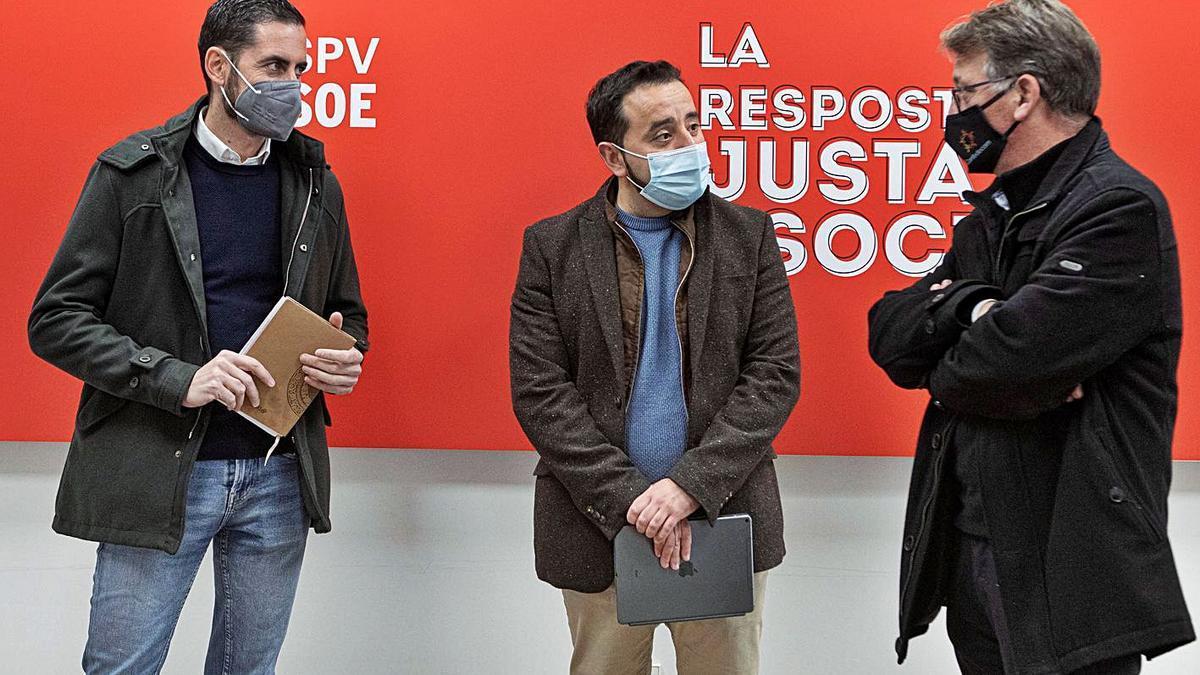 Carlos Fernández Bielsa y Jose Muñoz (PSPV) junto a Josep Miquel Moya (Compromís), ayer.