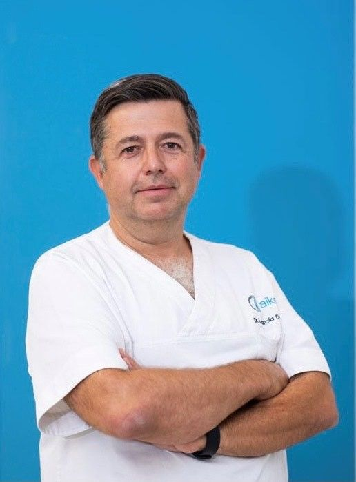 El Dr. Salvador García, de Aiken Clínica Oftalmológica.