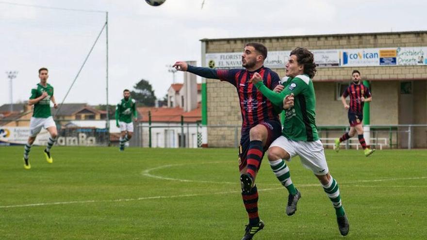 """El protagonista de la Tercera del fútbol asturiano: Toti Barbaro, el delantero del Valdesoto que juega hasta de portero """"para ayudar"""""""