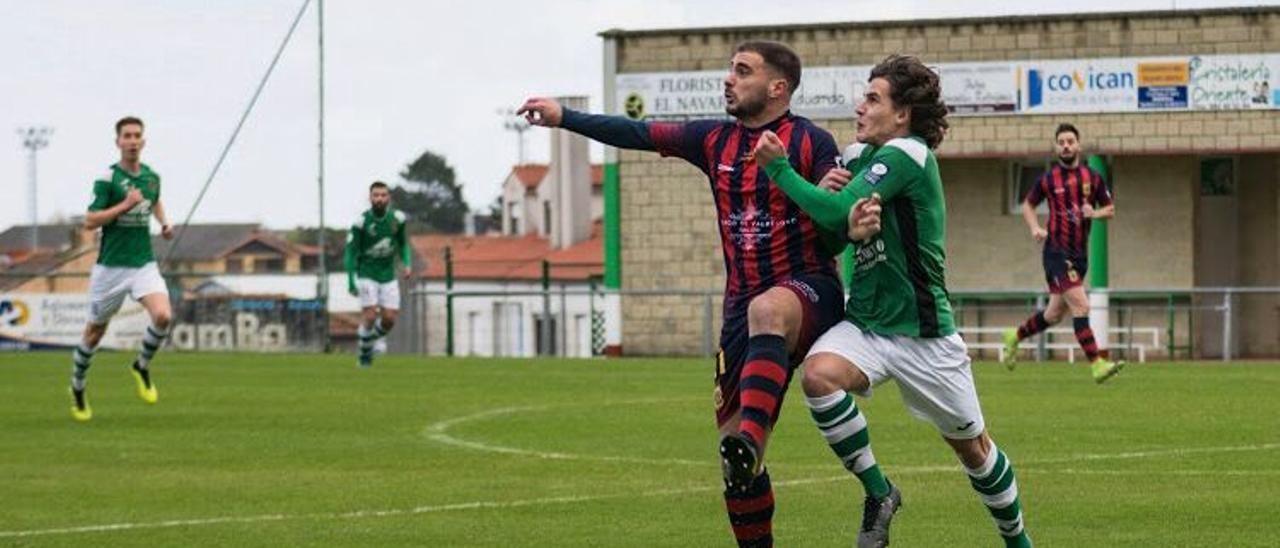 Toti Barbaro disputa un balón con un jugador del Llanes.