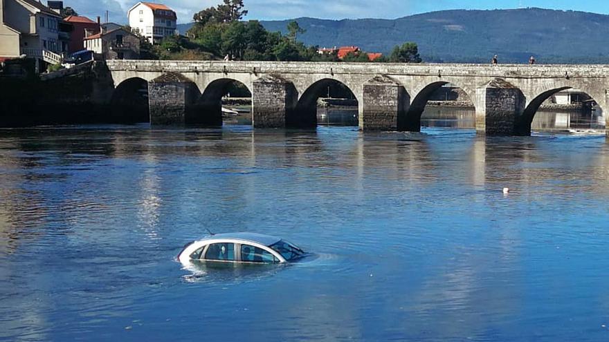 Caen con su coche al mar en Pontesampaio por un despiste