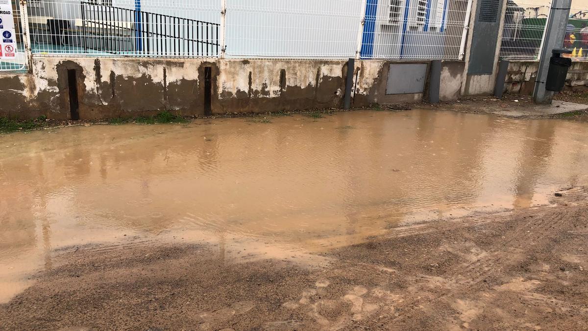 Las últimas lluvias afectaron al entorno de las aulas prefabricadas del CEIP Vicent Marçà.