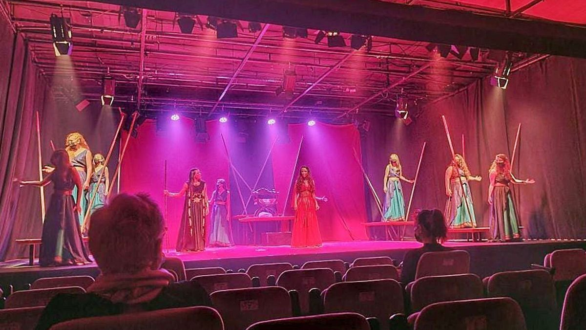 Ensayo de una escena del montaje 'Electra', interpretada por actrices de Noite Bohemia.   | // LA OPINIÓN