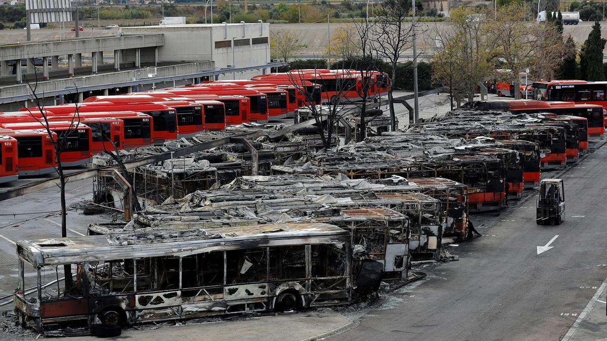 La Policía investiga el incendio que ha calcinado 16 autobuses de la EMT