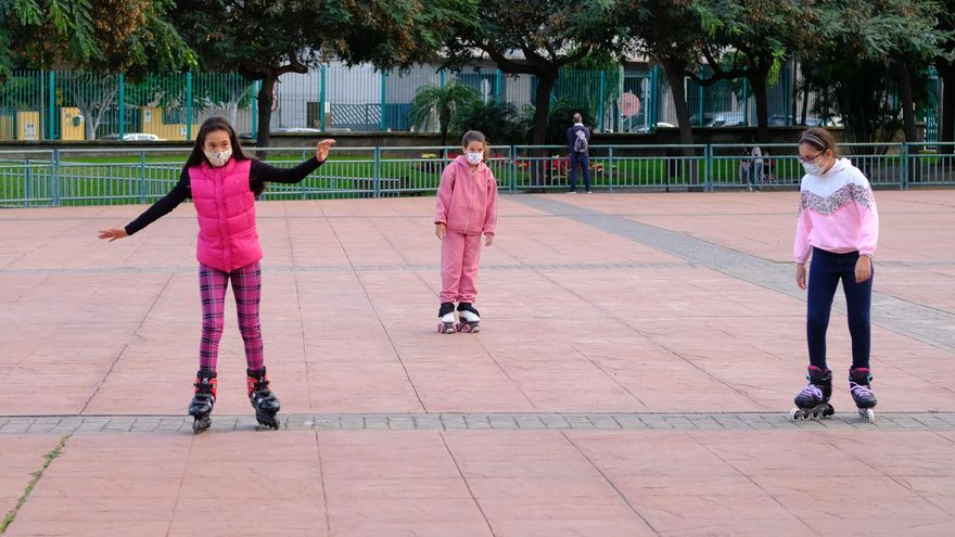 Los más pequeños salen a la calle para jugar con sus regalos de Reyes