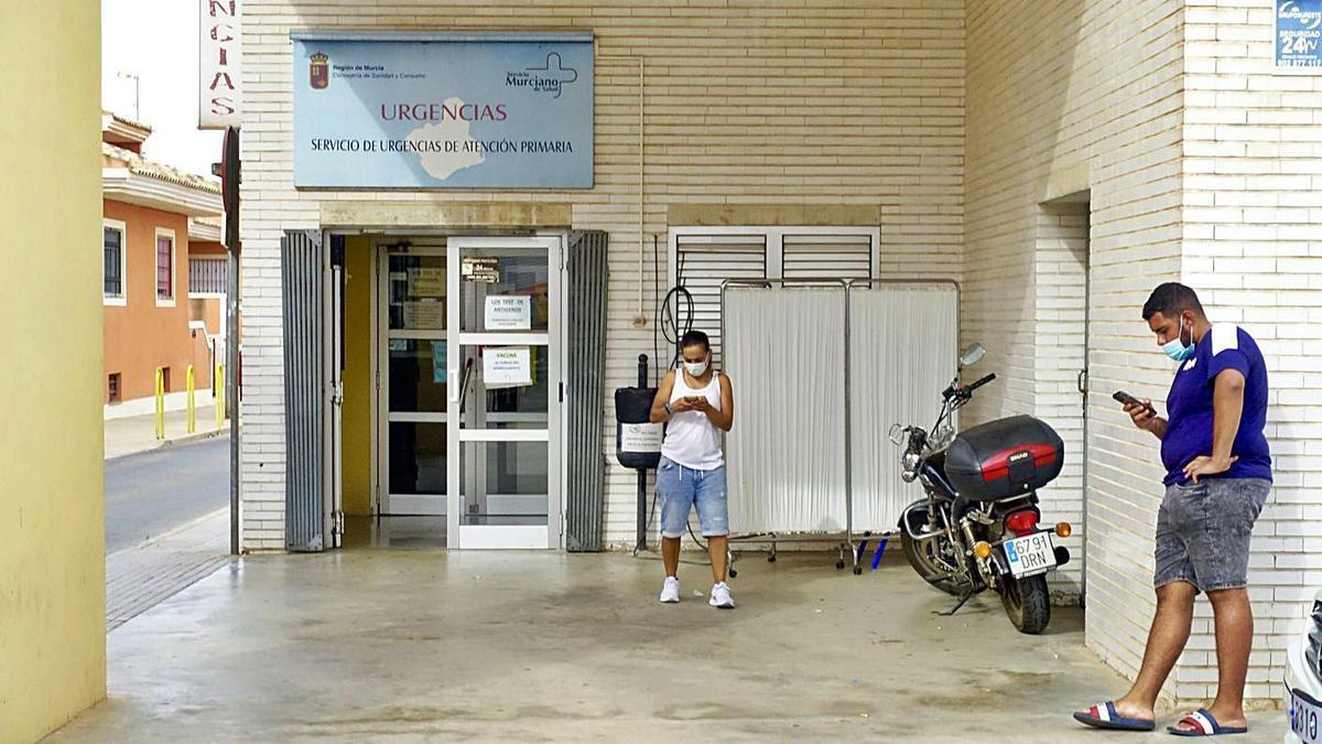 Usuarios guardan cola en las Urgencias del Centro de Salud de Los Dolores.  | URQUÍZAR