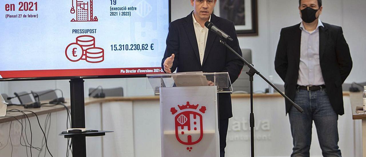 El alcalde de Xàtiva, Roger Cerdà, y el regidor Ignacio Reig detallaron ayer el plan.    PERALES IBORRA