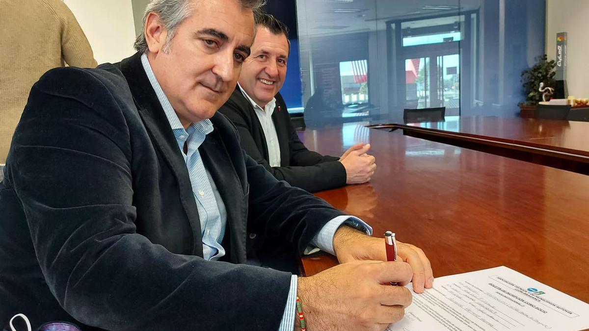 El presidente de la Federación de empresarios del transporte de Castilla y León, Fernando Hernanz,  firmó su adhesión por la autovía León-Braganza.