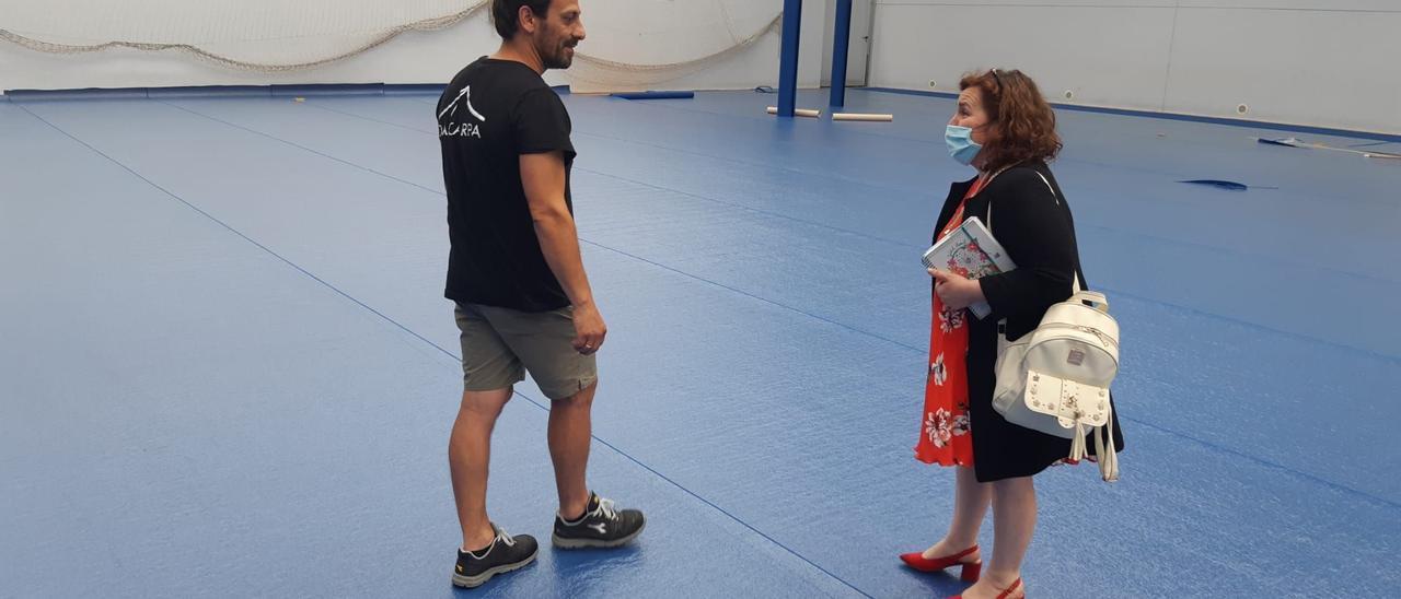 La Alcaldesa, junto a un técnico, supervisando el polideportivo en 2020 para la celebración de la EBAU, en una imagen de archivo