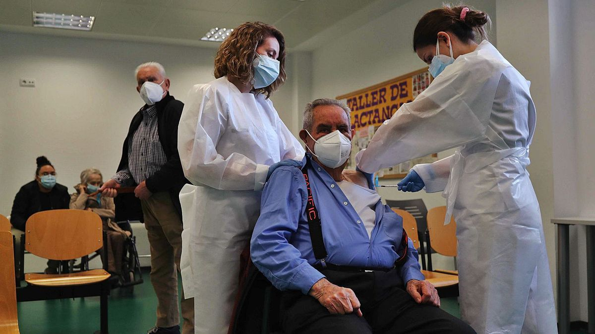 Dos enfermeras vacunan a mayores de 80 años en el centro de salud de Burjassot durante las primeras semanas de inmunización.  | JM LÓPEZ