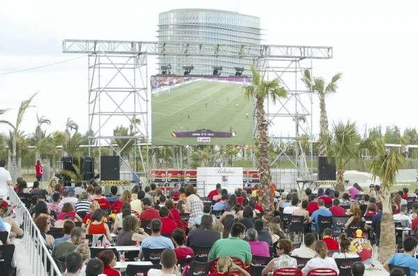 La afición zaragozana apoya a España en su debut en Las Playas