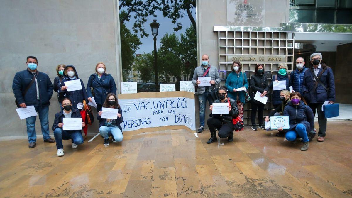 Protesta de la Asociación Valenciana de Diabetes en la Conselleria de Sanitat, este miércoles.