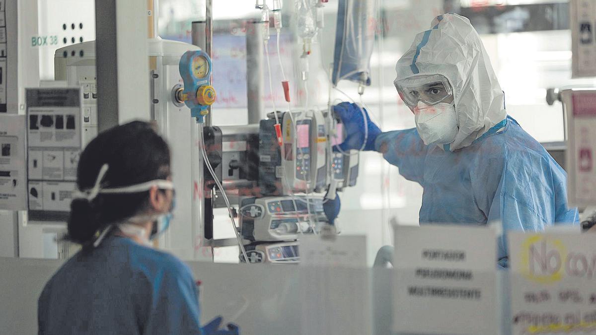 Imagen de archivo de dos sanitarios en la UCI de Son Espases.
