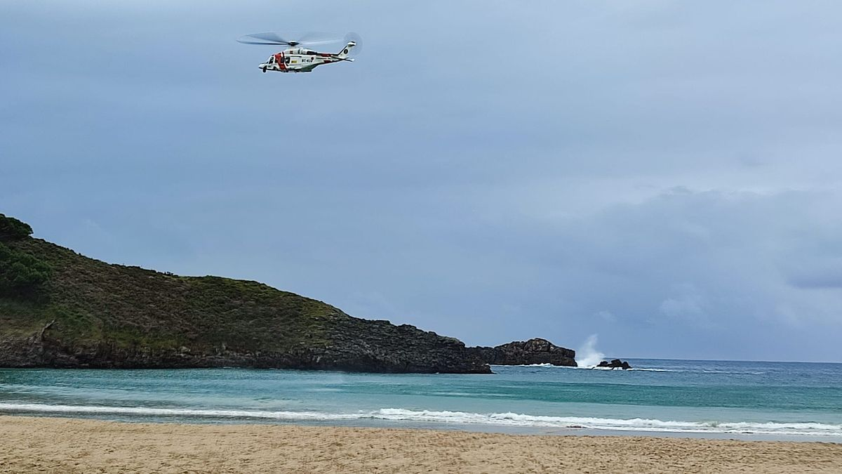 Susto en la playa de Barro (Llanes) tras volcar un barco de recogida de ocle