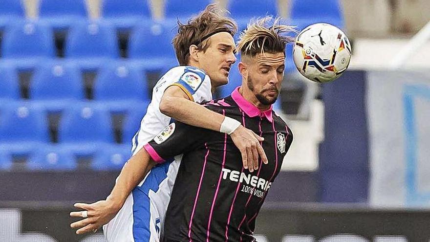 Fran Sol protege el balón delante de Sergio González el pasado domingo.