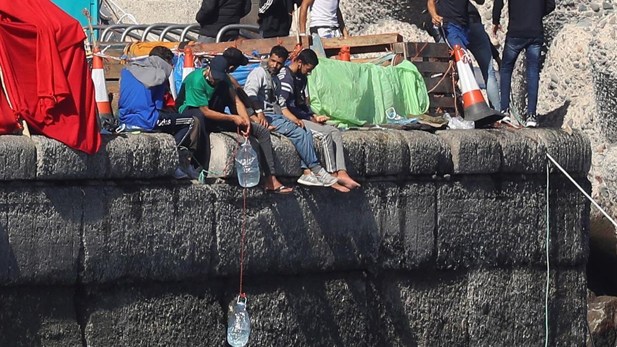 Inmigrantes en el muelle de Arguineguín
