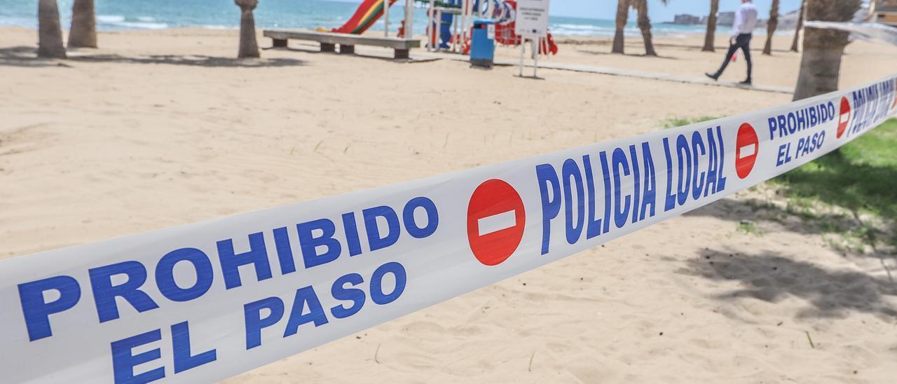 Imagen de un precinto de cierre en la playa de La Mata en 2020 como medida covid