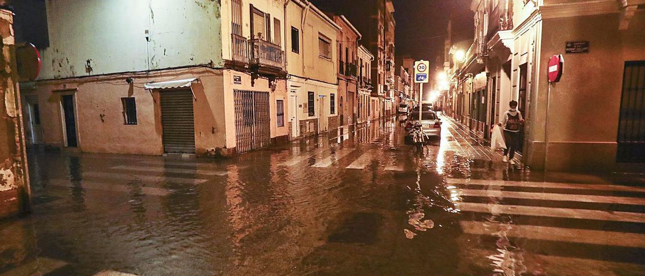 La zona del Cabanyal fue de las más afectadas por los cortes de luz y fallos de suministro. | P. CALABUIG
