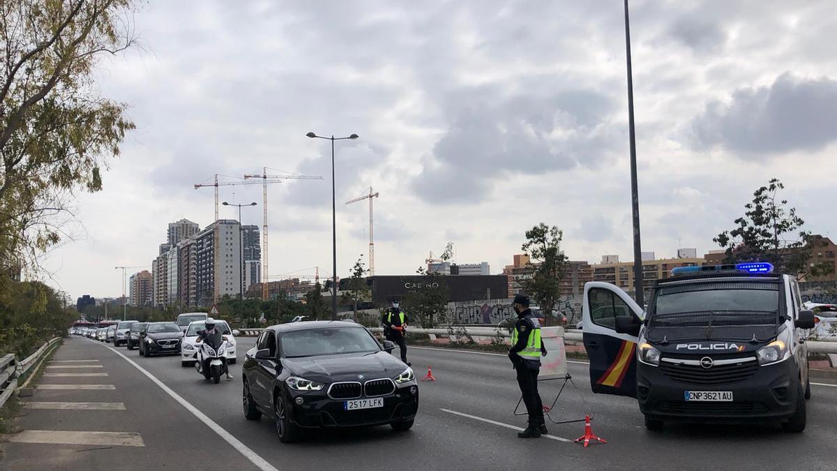 Control de policía y atasco de tráfico en Valencia en la salida de la Pista de Ademuz.