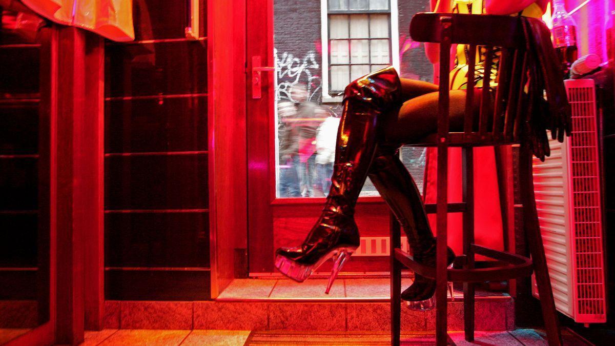Imagen de archivo de una mujer en el interior de un club de alterne.