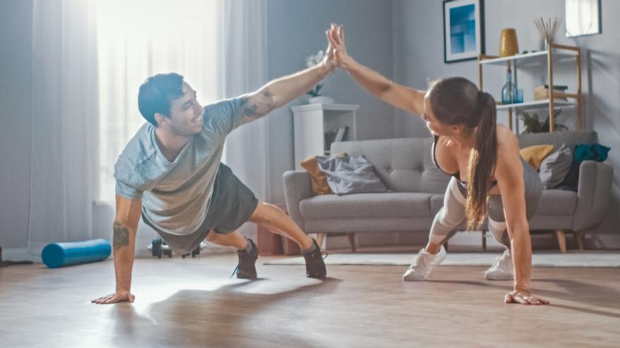 El ejercicio quemacalorías que puedes hacer en 20 minutos en casa para perder peso