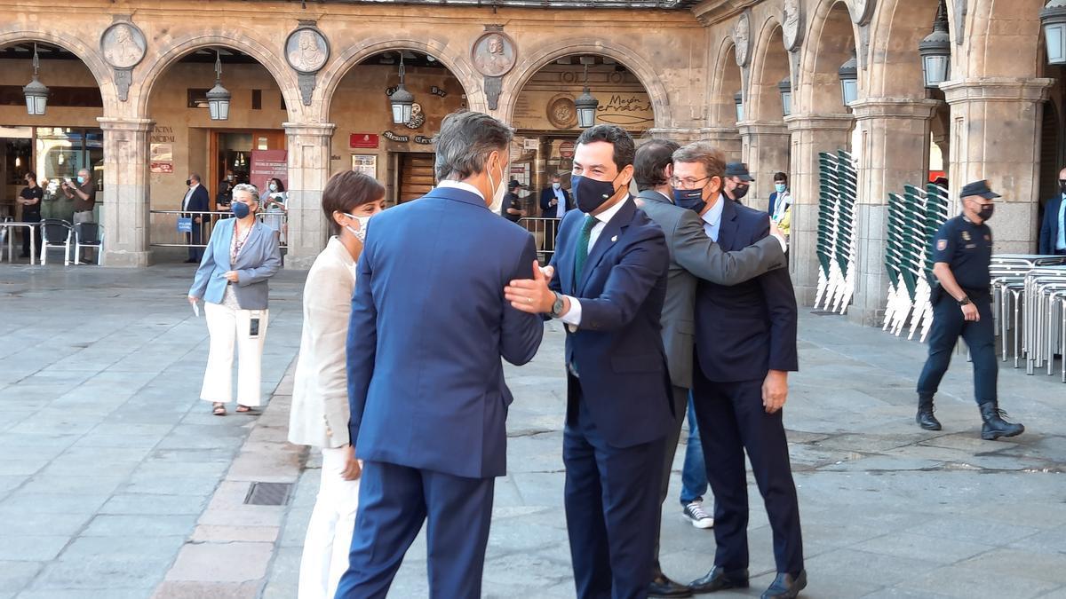 Juanma Moreno saluda a sus homólogos de otras comunidades, este viernes en Salamanca.