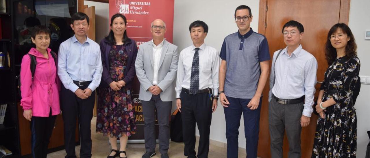 Representantes de dos universidades chinas reunidos con el vicerrector Vicente Micol, en el centro.