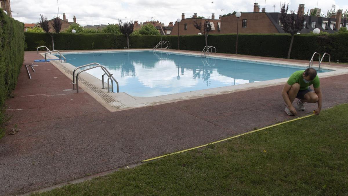 Medición de la parcela en una piscina comunitaria para ajustarse a las normas.