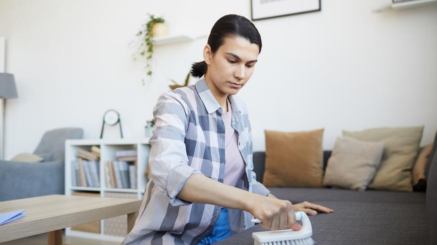 Barata y definitiva: así se hace la mezcla que dejará tu sofá como nuevo