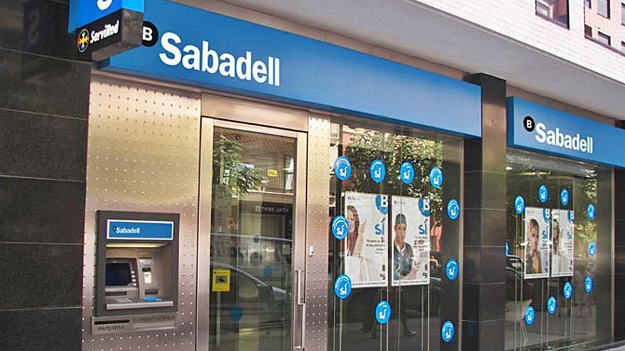 El Sabadell, con 107 oficinas en Galicia, recorta 1.800 empleos con prejubilaciones