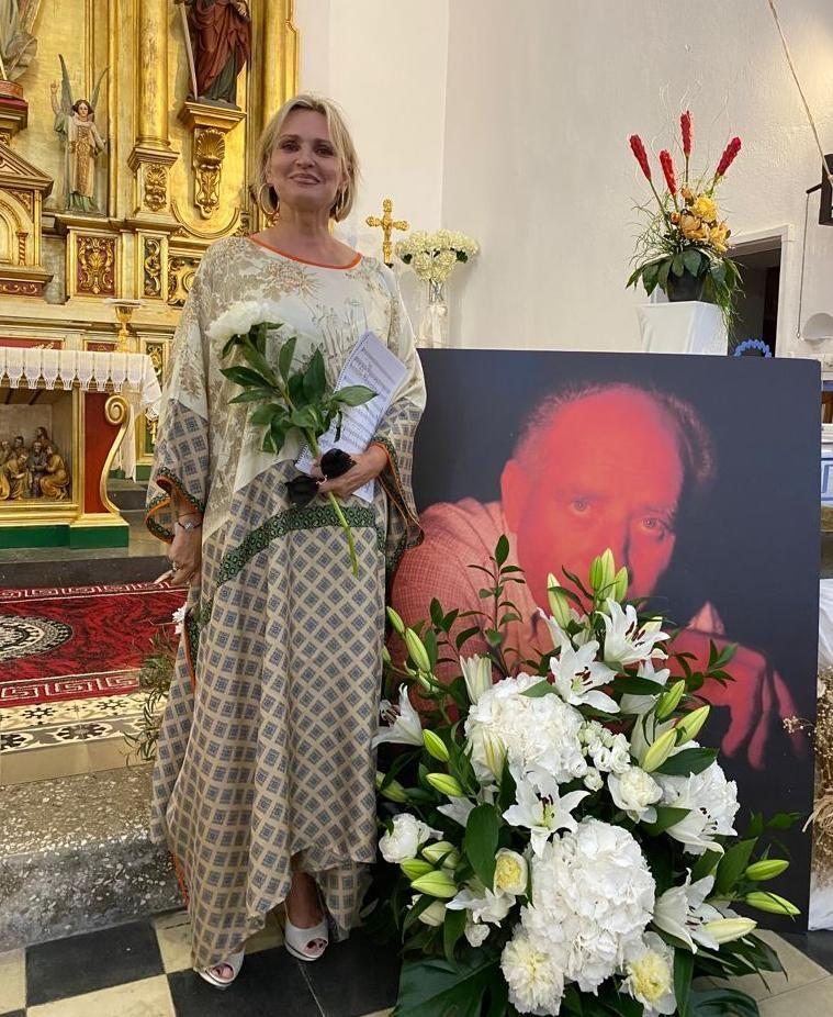 Ainhoa Arteta junto a la foto de recuerdo de Luigi Sagliocco.