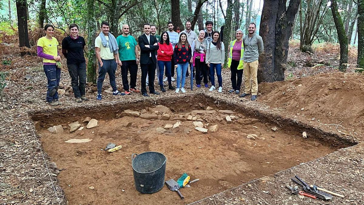 Los arqueólogos visitan el yacimiento del monte San Paio de Merza.