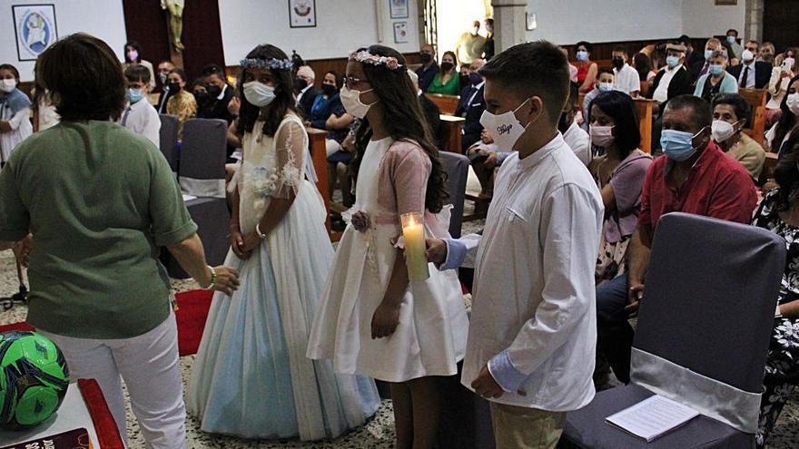 Siete niños de Galende celebran su primera comunión