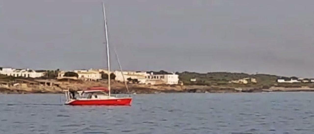 Imagen del velero del que desembarcaron los ocho migrantes, ayer, en Formentera.   DI