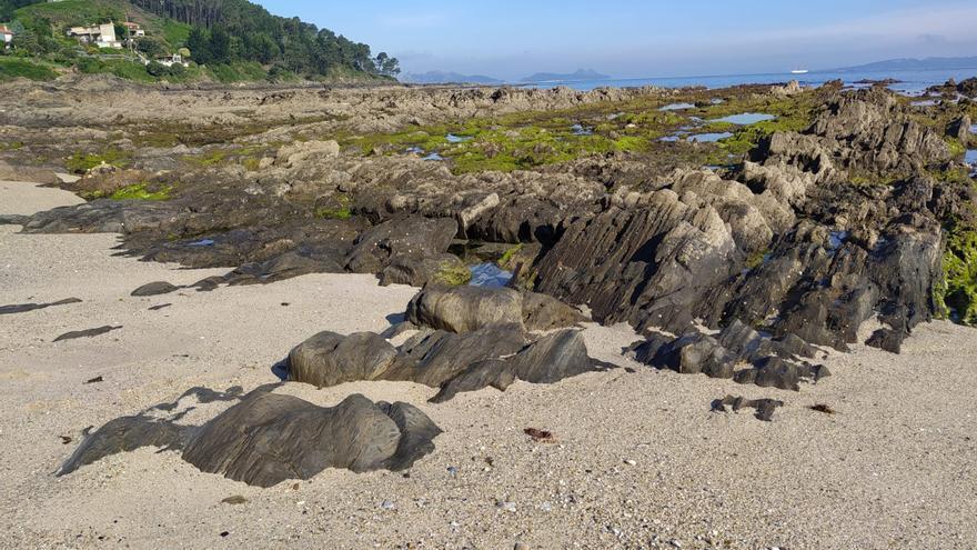 La playa que conserva restos fósiles del bosque milenario que llegaba hasta las Cíes