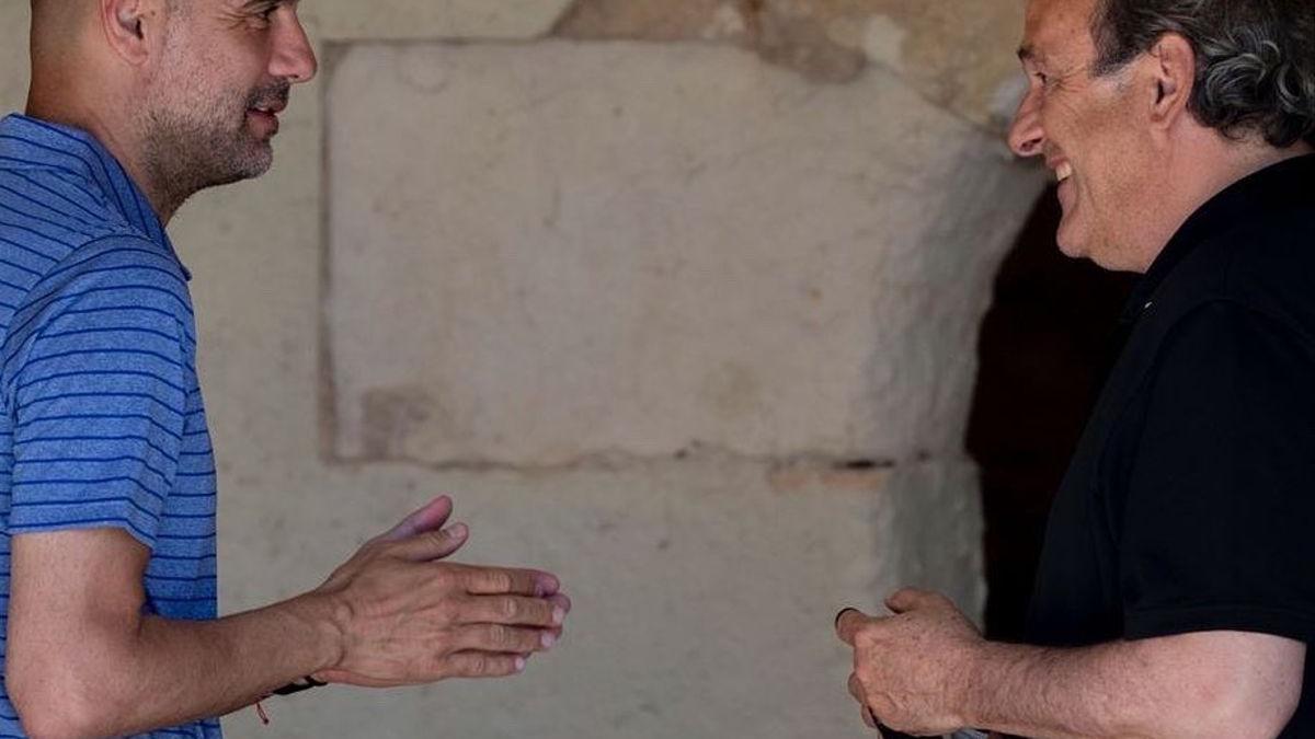 Guardiola saluda a Platini en el torneo de golf que se celebra en Pula (Mallorca).