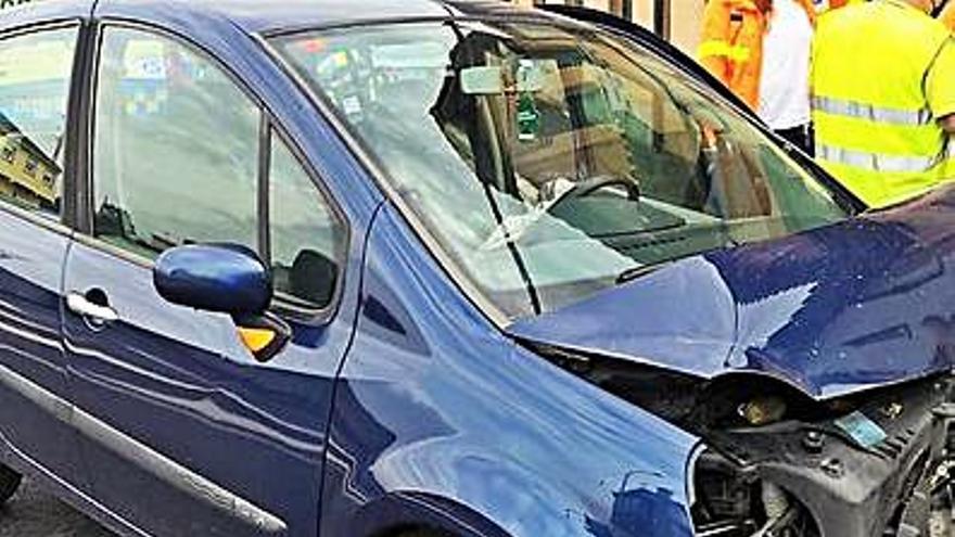 Un conductor pierde el control de su coche e impacta contra una casa en Guísamo