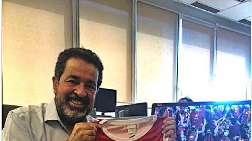 El Baxi regala 90 samarretes a cares conegudes i la xarxa bull