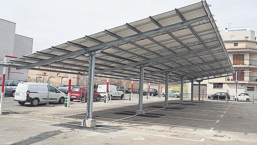El aparcamiento de la estación de Manacor estrena pérgolas solares