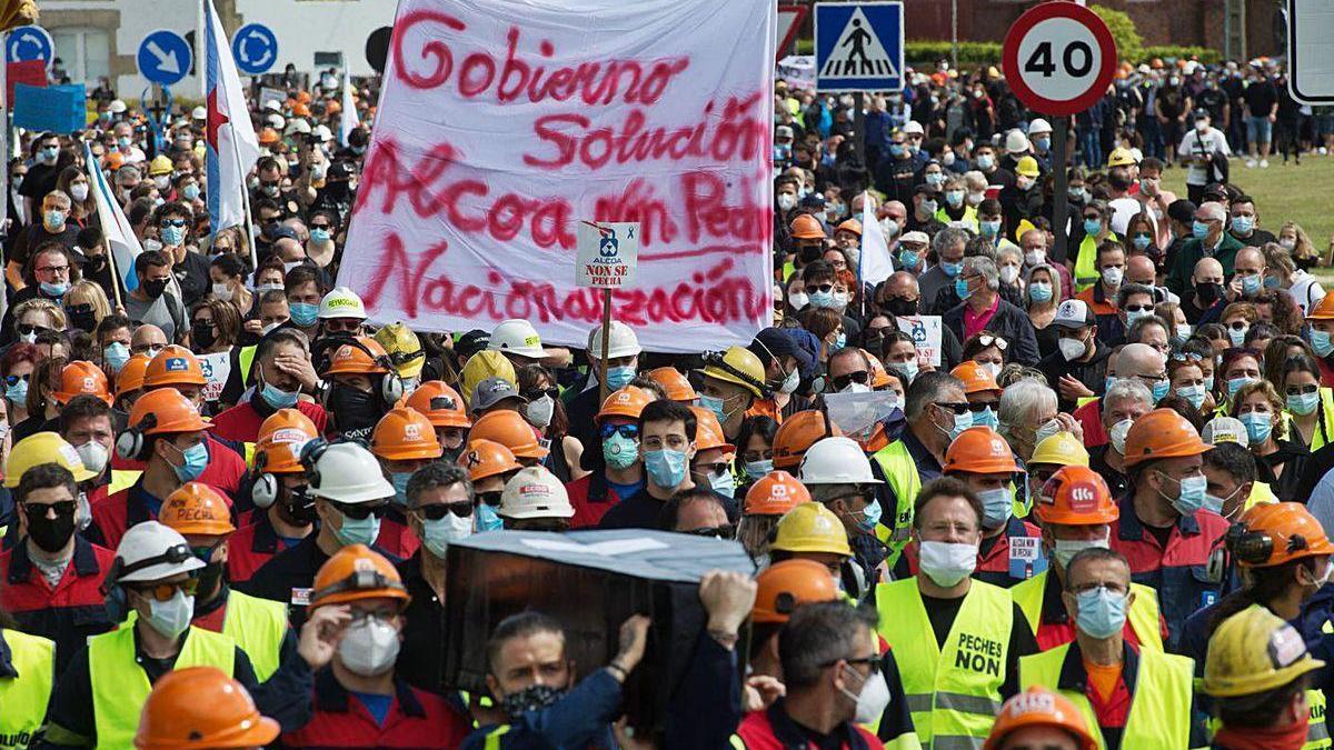 Manifestación de trabajadores de Alcoa San Cibrao contra los despidos.