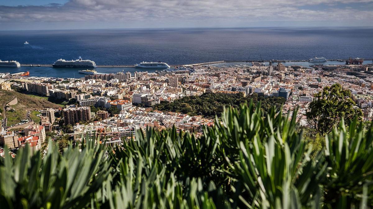Panorámica de la ciudad de Santa Cruz de Tenerife y su puerto.