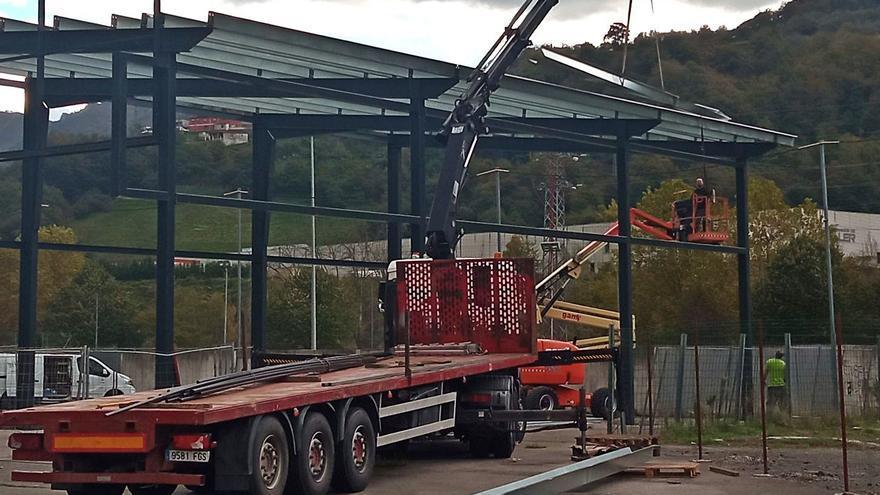 La nueva pista de pádel en Caborana (Aller) ya toma forma