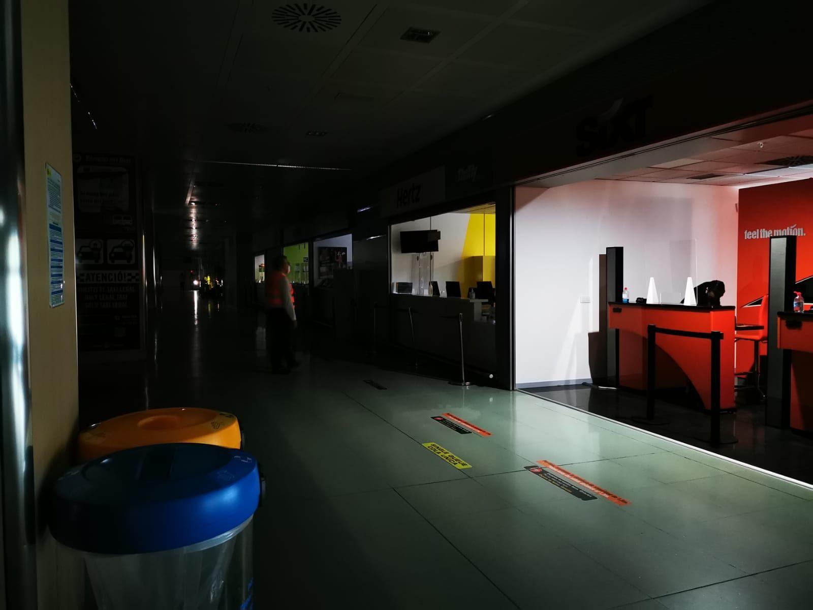 Un incendio en la central eléctrica del aeopuerto de Ibiza ha dejado sin luz las instalaciones