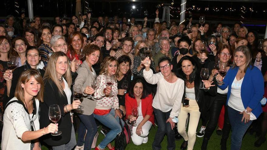 Un centenar de mujeres 'Diviñas' se reencuentran en Zaragoza en su tradicional cita benéfica