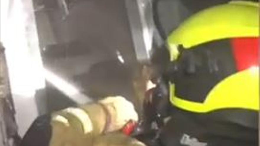 Un incendio en Elda obliga a desalojar un edificio de 15 plantas