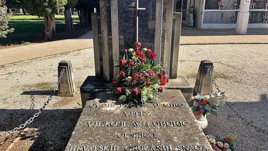 Flores frescas en la tumba ensalzada por el franquismo encargadas desde Croacia