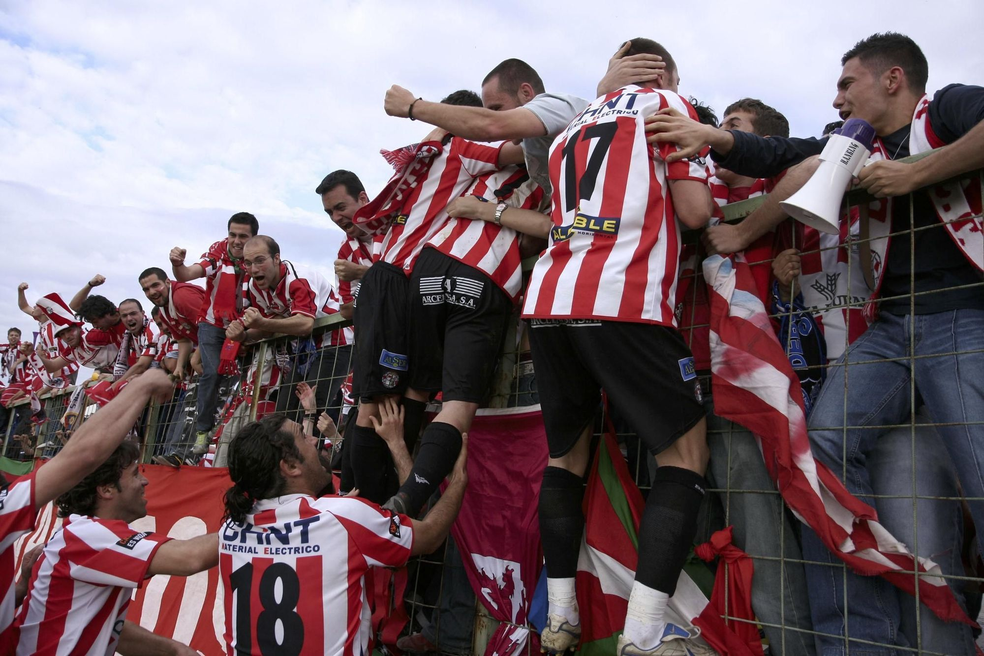 7. Los jugadores celebran el gol de Senel que le dio el pase al Zamora en Linares.